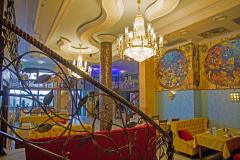 Вид зала с лестницы