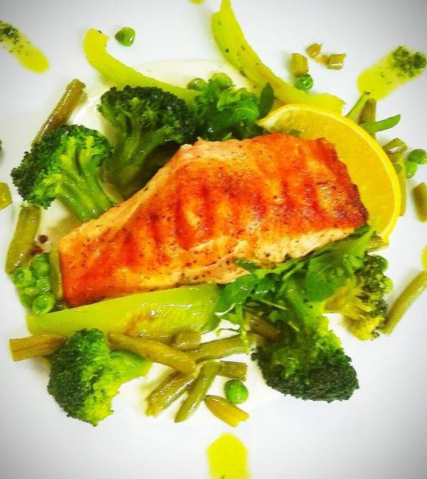 Лосось с зелеными овощами