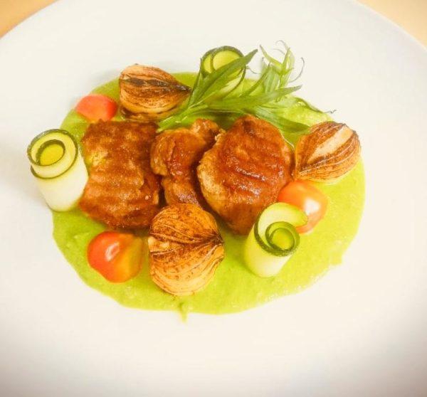Свиная вырезка в зеленом соусе